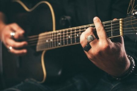 The Best Guitar Solos for Every Level of Guitarist_Six Strings Acoustics